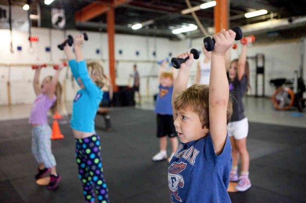 Niños practicando crossfit