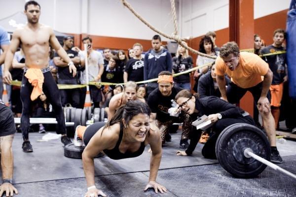Compañeros animando a atleta durante un WOD